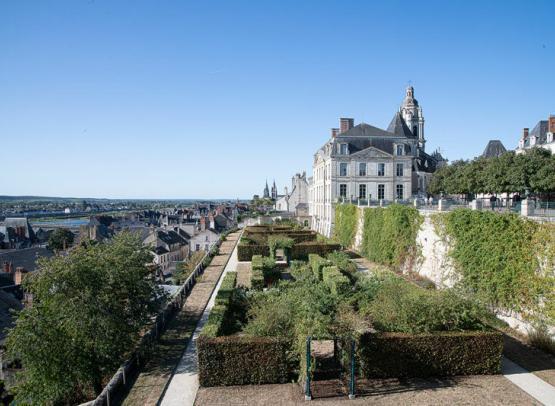 JARDINS DE L'EVECHE (TERRASSE ET ROSERAIE) AU COEUR DE LA VILLE ROYALE DE BLOIS