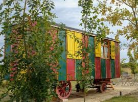 roulotte-exterieur-emplacement-Beaumont-Village-loches-valdeloire